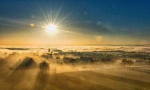 早晨美丽的村庄雾气景色摄影图片