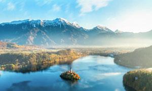 清晨雾气缭绕的山峰和湖泊摄影图片