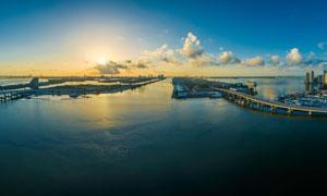 夕阳下海边城市全景摄影图片