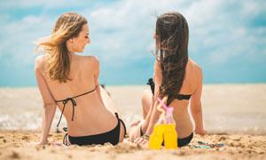 沙滩上的性感泳装美女背影高清图片
