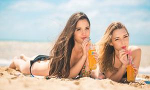 一起喝着橙汁的比基尼美女高清图片