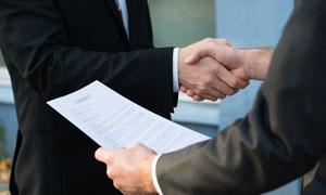 手拿着协议的商务人物摄影高清图片