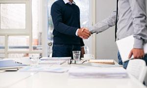 职场人物握手合作商务场景高清图片
