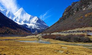 雪山脚下美丽风光摄影图片