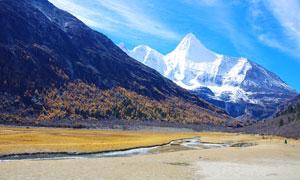 蓝天下的藏区山峰美景摄影图片