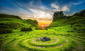 山顶特殊图形和日出美景摄影图片