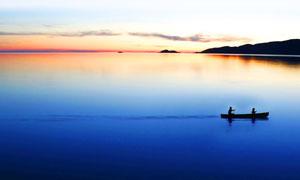 傍晚湖面上的小船摄影图片