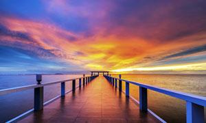 黄昏下海边美丽的桥梁摄影图片