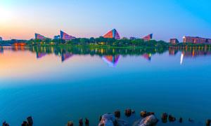 城市中的湖畔美景摄影图片