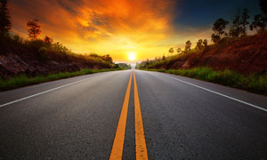 夕阳下美丽的公路摄影图片