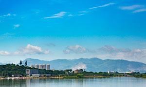 蓝天下的山水美景摄影图片