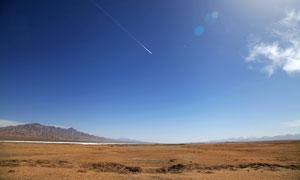 秋季蓝天下美丽的平原摄影图片