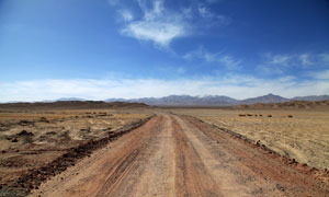 蓝天下的高原公路美景摄影图片
