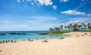 美丽的海边沙滩和游客游玩摄影图片