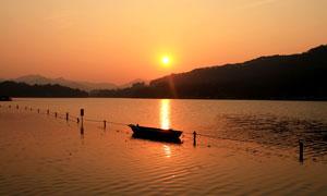夕阳下的美丽西湖景色摄影图片