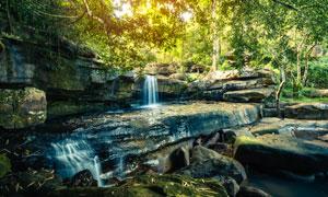 茂密丛林中的瀑布风光摄影高清图片