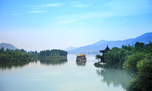 蓝天下的美丽湖泊和游轮摄影图片