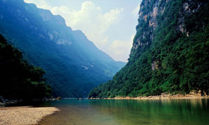 山谷之下美丽河流摄影图片