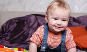 身穿背帶褲的可愛寶寶攝影高清圖片