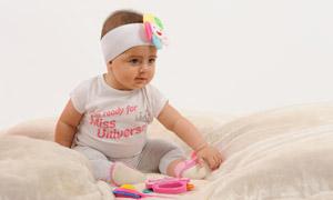 旁边放着玩具的小宝宝摄影高清图片