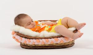 搖籃里睡著的可愛寶寶攝影高清圖片