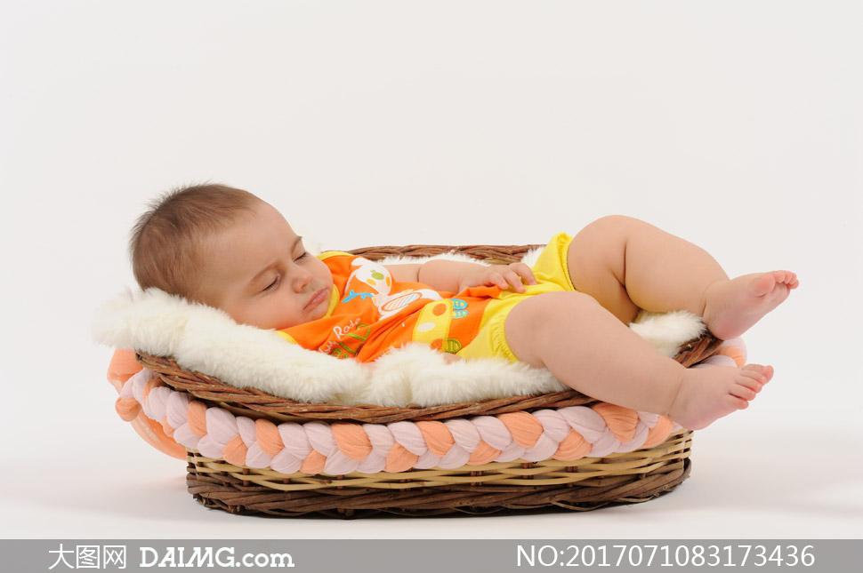 摇篮里睡着的可爱宝宝摄影高清图片