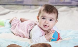 在开心玩着球的小宝宝摄影高清图片