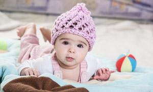 戴着镂空毛线帽的宝宝摄影高清图片