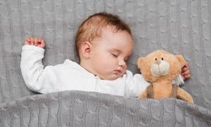 抱着小熊睡觉的小宝宝摄影高清图片
