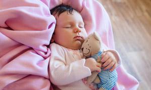 抱着玩具熊安然入睡的宝宝高清图片