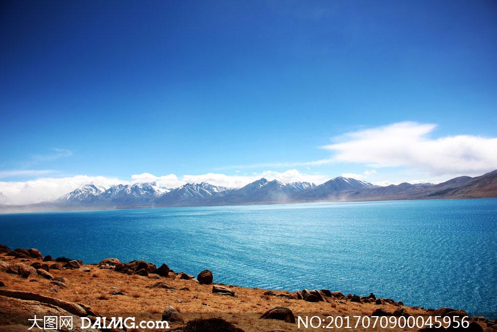 蓝天下的美丽湖泊景色摄影图片