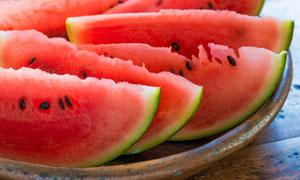 切开摆在果盘里的西瓜摄影高清图片