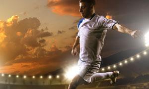 在绿茵场上踢球的男子摄影高清图片