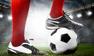 停放在脚下的足球特写摄影高清图片