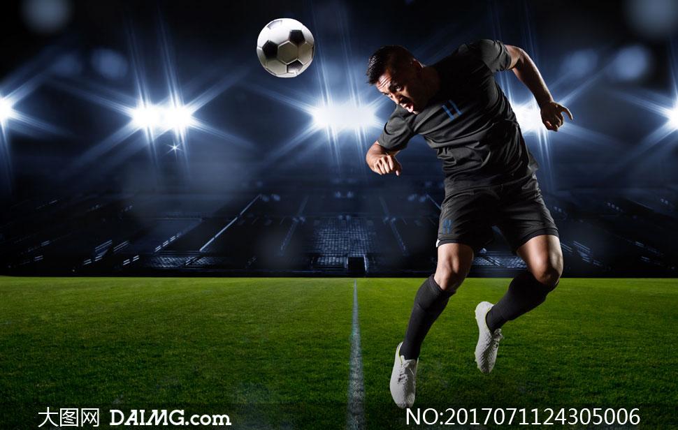 头球进攻的足球运动员摄影高清图片