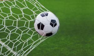 球网内的足球近景特写摄影高清图片