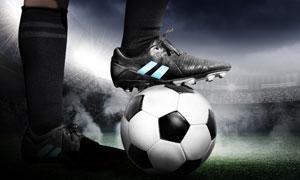 在赛场上停在脚下的球特写高清图片