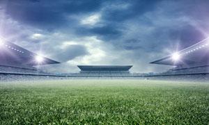乌云笼罩下的足球场地摄影高清图片