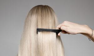 梳头发的美女背后视角摄影高清图片