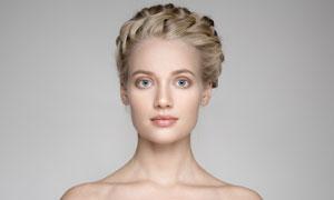 头发辫起来的露肩美女摄影高清图片