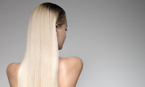 垂顺秀发性感露背美女摄影高清图片