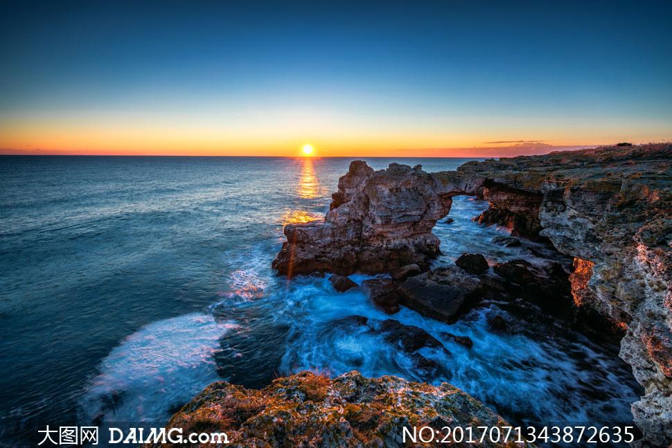 大图首页 高清图片 自然风景 > 素材信息          海边潮水与远处的