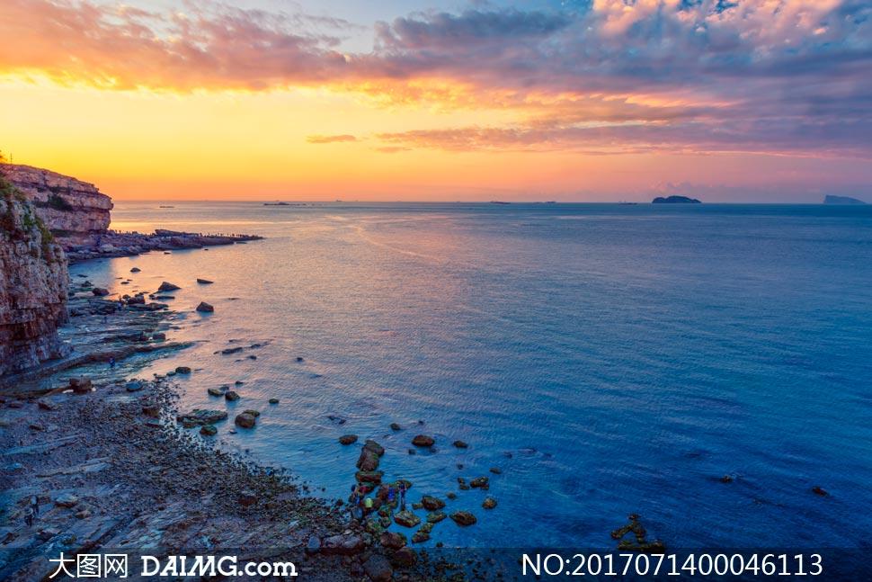 夕陽下的美麗海岸線攝影圖片