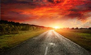 野外夕阳下的公路美景摄影图片