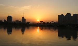 城市湖边夕阳美景摄影图片