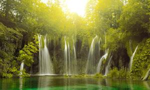 深林中的美丽瀑布摄影图片