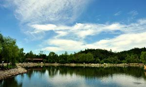 蓝天白云下的美丽湖泊高清摄影图片
