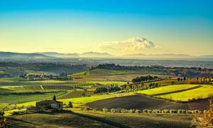 高原上美丽的农庄和农田摄影图片