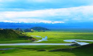 雪山下高原美丽的河流摄影图片
