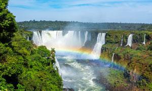 山间美丽大瀑布和彩虹摄影图片